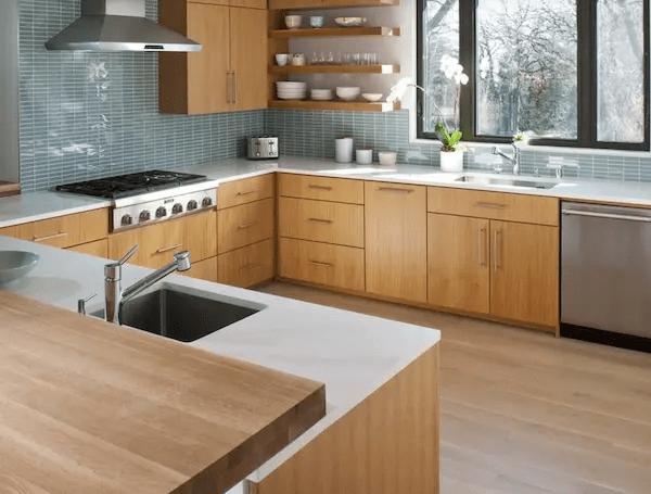 مطبخ رمادي وخشبي