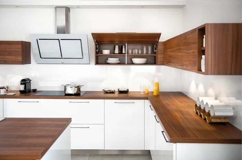 مطبخ ابيض وخشبي